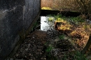 Częściowo zanurzona klapa przy ścianie prowadnicy zastawek
