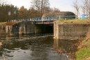 Na pierwszym planie most rolkowy Kipprollbrücke K602, w głębi bryła Wasserschloß 602
