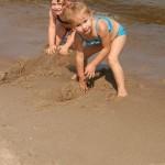 Majka z Marią na plaży w Mrzeżynie