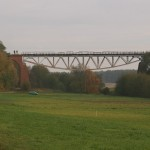Most w oddaleniu, na północnym filarze widać miłośników mocnych wrażeń