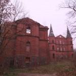 Pałac wJuchowie, elewacja frontowa, napierwszym planie zachodnie skrzydło