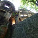 Basteja, w głębi ruiny zamku dolnego